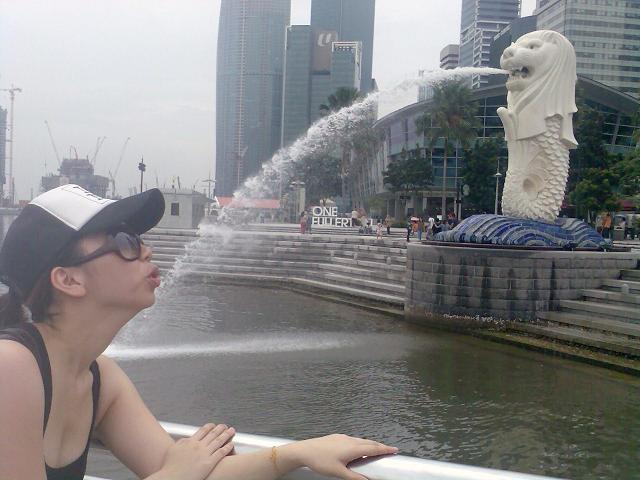 Drinking from the Singapore Merlion 1